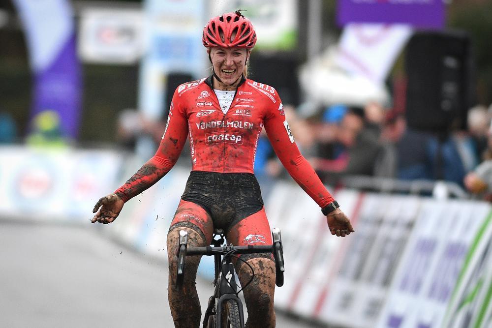 Axelle Bellaert won in Kruibeke het BK U23, haar kampioenentrui zal ze niet mogen showen. (foto's Belga/Coghe)