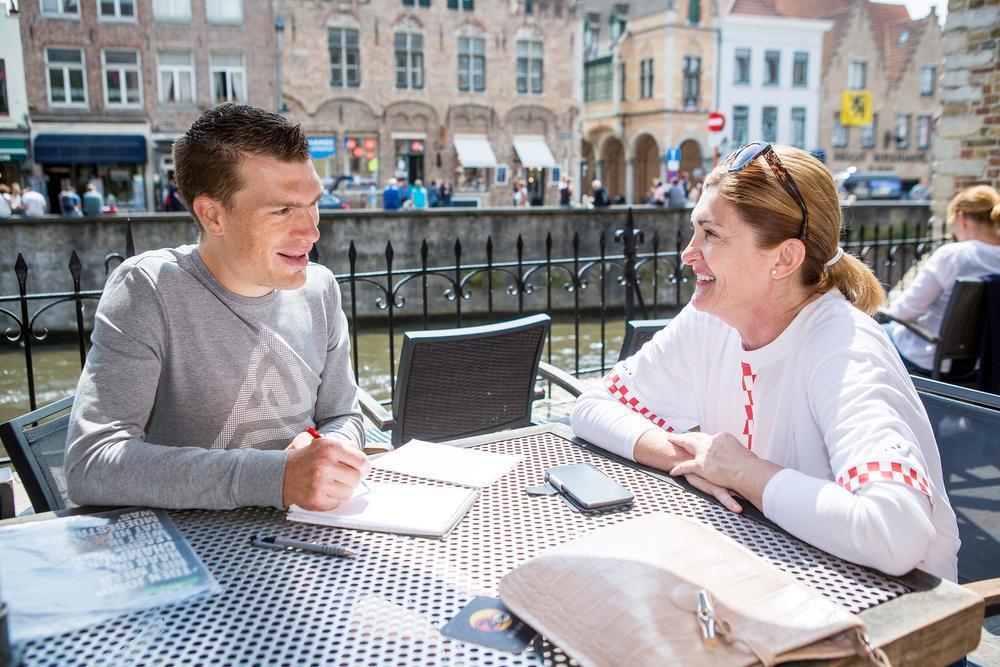 Irena Weber met onze reporter in gesprek in de Brugse binnenstad.