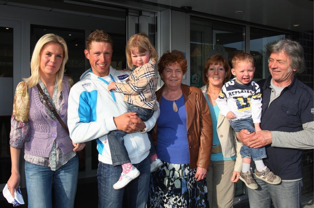 Stijn met zijn familie waaronder vrouwlief Tamara en hun kinderen Femke en Jody.