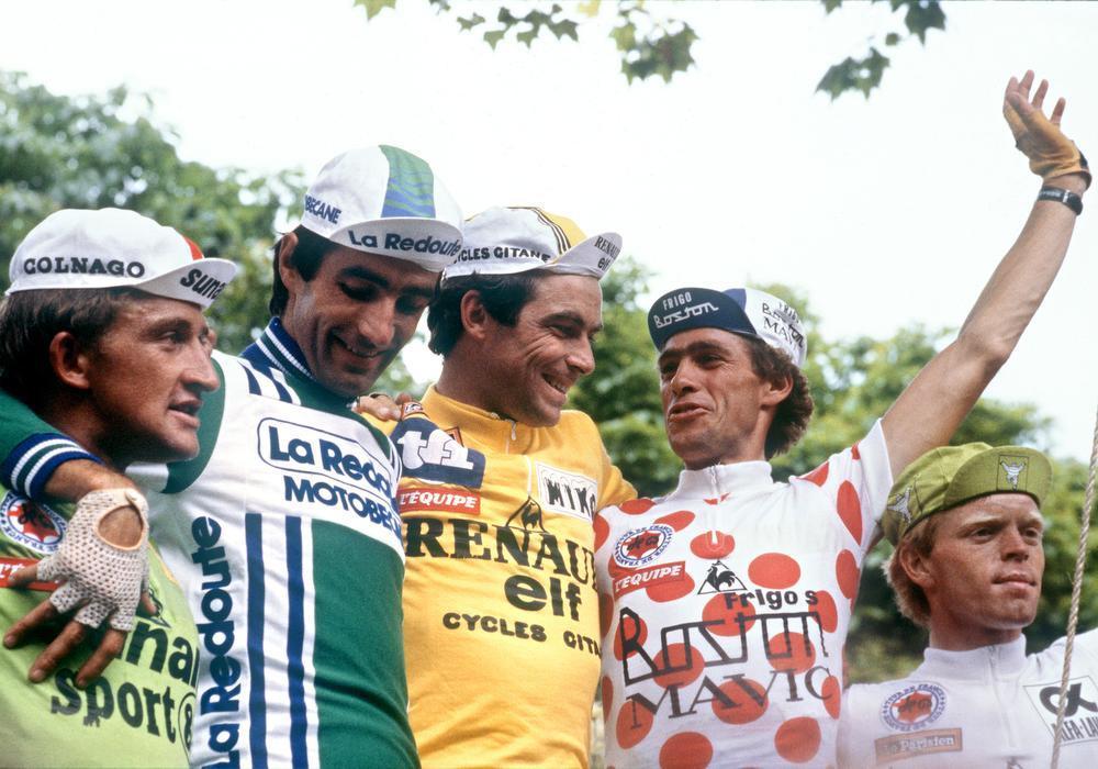 Het eindpodium van de Tour van 1981, met eindwinnaar Bernard Hinault en uiterst rechts de Nederlander Peter Winnen als beste jongere.