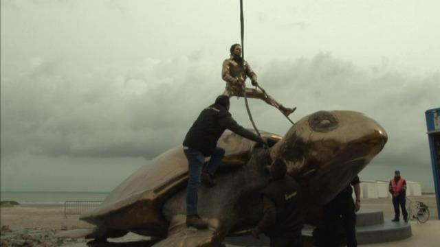 Gouden schildpad van Jan Fabre verhuist naar cultuurcentrum Nieuwpoort