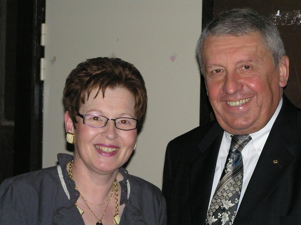 Gilbert Deleu tijdens een van zijn jaarlijkse bals van de burgemeester, in het gezelschap van zijn echtgenote Françoise Catteau, die maar zelden in de openbaarheid kwam.