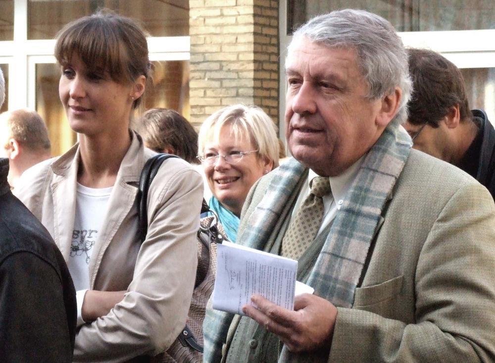 Gilbert Deleu op een verkiezingsavond, met zijn typische blik en met aan zijn zijde Marie-Eve Desbuquoit, die hij na de breuk met Jean-Jacques Vandenbroucke als zijn opvolger lanceerde.