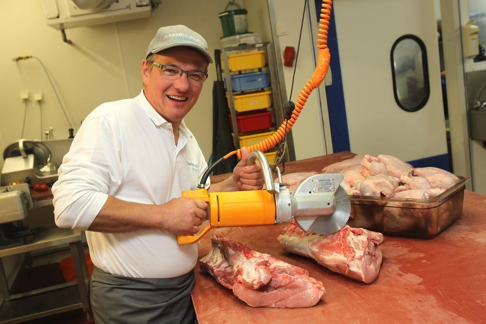 Een foto uit 2012: José Vanbeselaere aan de slag in zijn slagerij.