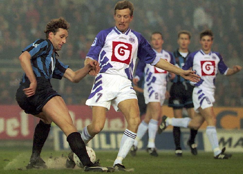 René Eijelkamp in duel met Graeme Rutjes tijdens Club Brugge-RSC Anderlecht in 1995. (foto a-Belga)