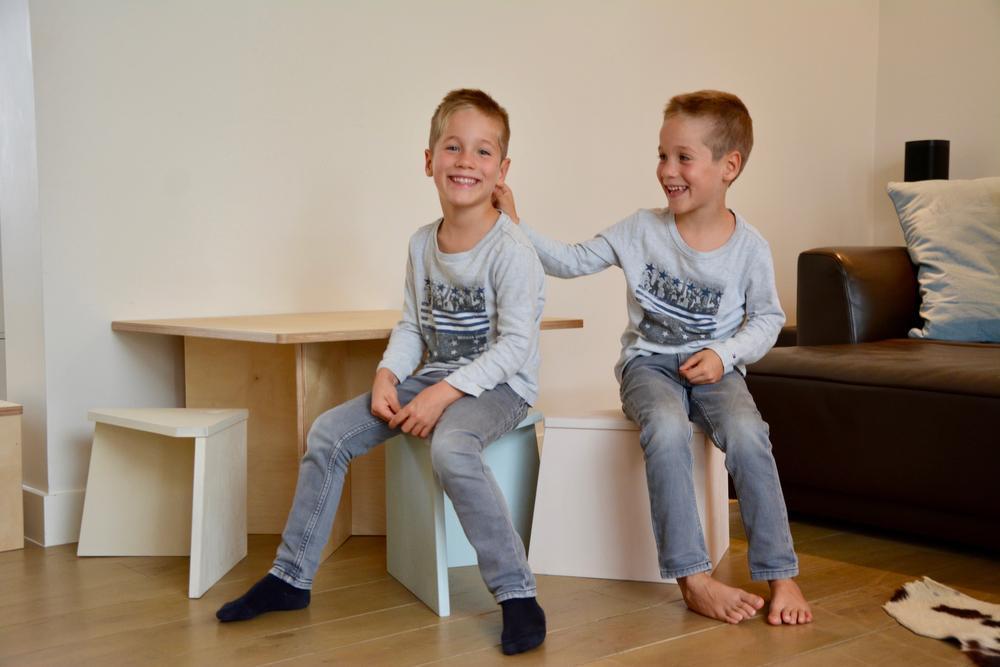 Louis en Emile zijn de proefkonijnen van het kindermeubilair van timmer ateljé.