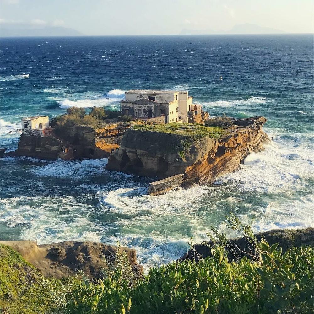Het mysterieuze eiland Goiala ligt in de baai van Napels. Een bruggetje verbindt beide delen.