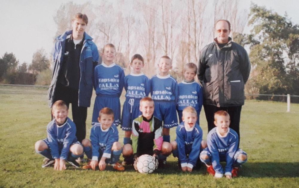 De eerste ploegfoto van Brandon bij de U6 van KSV Bredene.