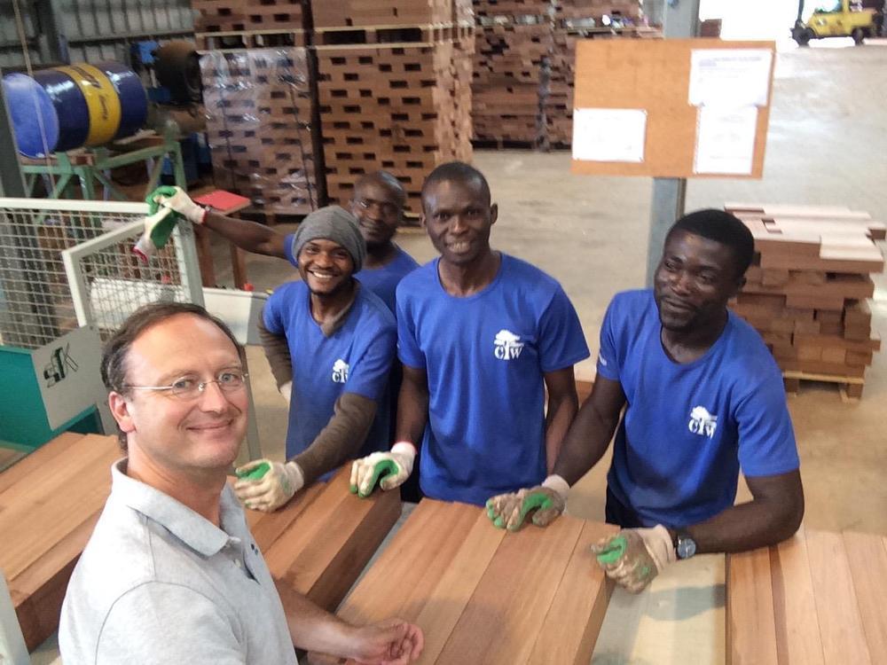 Thierry Maelfait tussen zijn werknemers in Kameroen.