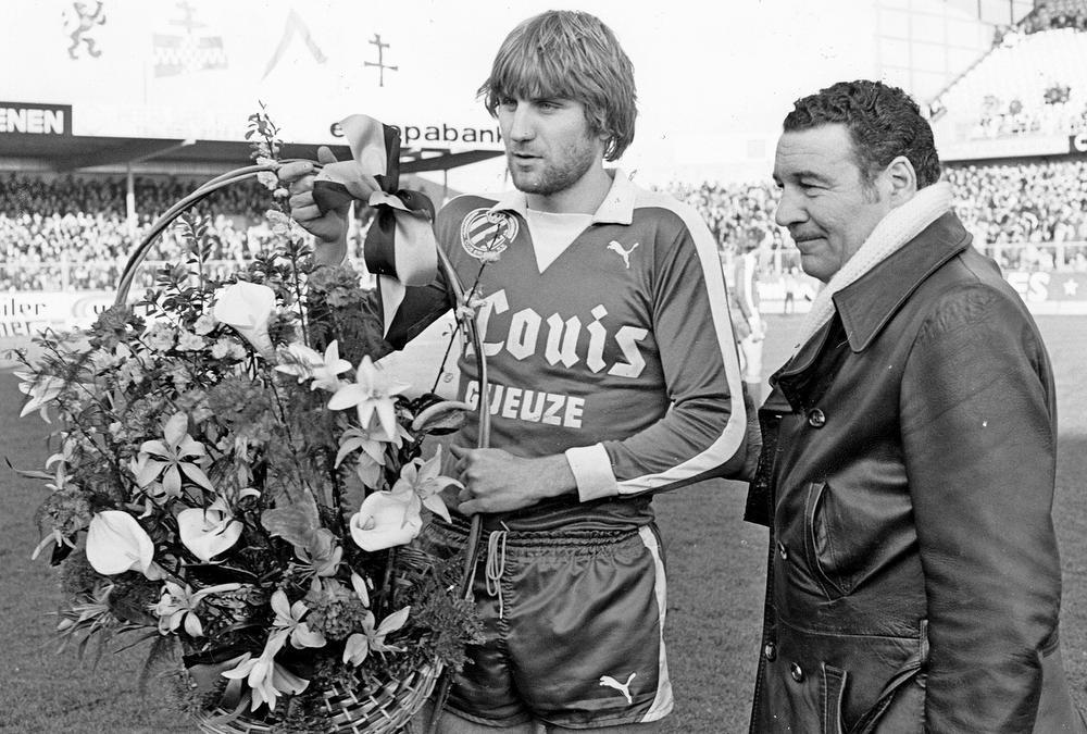 Jan Ceulemans (mét baard) ontvangt een ruiker bloemen uit handen van voorzitter Fernand De Clerck. De Lierenaar zal uiteindelijk 407 wedstrijden spelen voor Club Brugge en staat daarmee op de vierde plaats in de all-time ranking, na Franky Van der Elst, Dany Verlinden en Gert Verheyen.