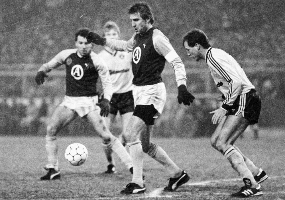 Jan Ceulemans in actie in de legendarische wedstrijd tegen Borussia Dortmund, toen blauw-zwart een 3-0-nederlaag uit de heenwedstrijd rechtzette met 5-0-winst op Olympia. Club zou in het seizoen 1987-1988 uiteindelijk pas in de halve finale stranden, waarin het uitgeschakeld wordt door Espanyol Barcelona.