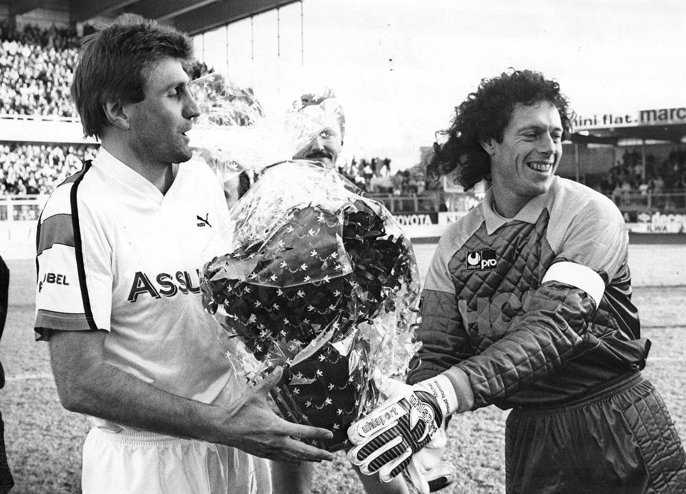 In januari 1991 krijgt Jan Ceulemans de Trofee voor Sportverdienste, een prijs die elke sportman slechts één keer kan winnen. In de eerstvolgende thuiswedstrijd tegen KV Mechelen krijgt Ceulemans bloemen van huidig Clubtrainer Michel Preud'homme. Beide heren waren ook jarenlang ploegmakkers bij de Rode Duivels.
