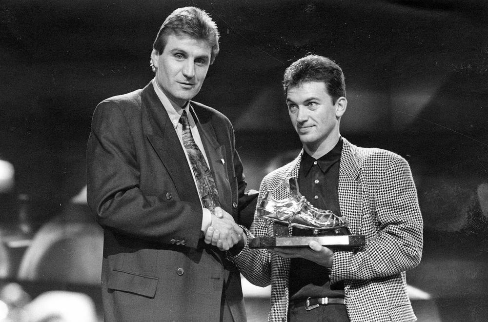 Marc Degryse wint de Gouden Schoen 1991. Niemand minder dan Jan Ceulemans mag de prijs voor de beste voetballer in de Belgische competitie overhandigen aan de Ardooienaar. Later zou er ruzie ontstaan tussen de twee na het trainersontslag van Ceulemans, maar ondertussen zijn de brokken gelijmd.