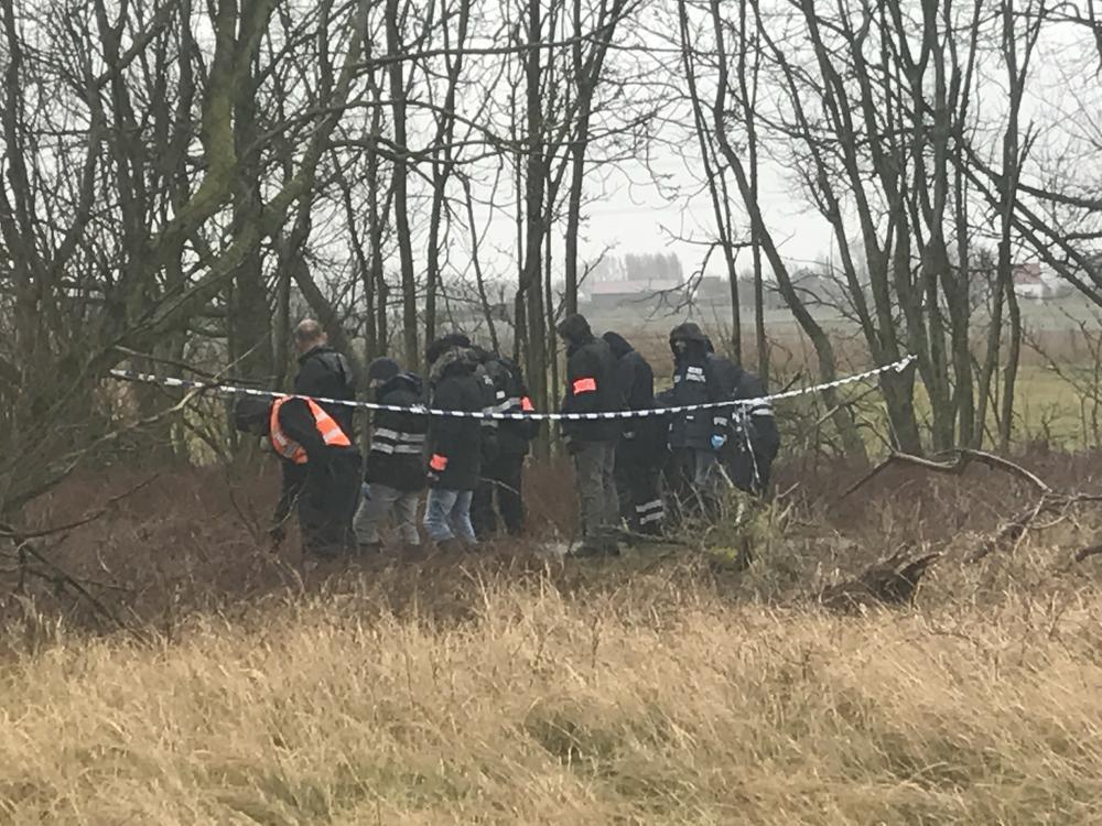 De speurders zoeken naar sporen van de moord op Norbert Bocher langs het jaagpad in Zeebrugge.