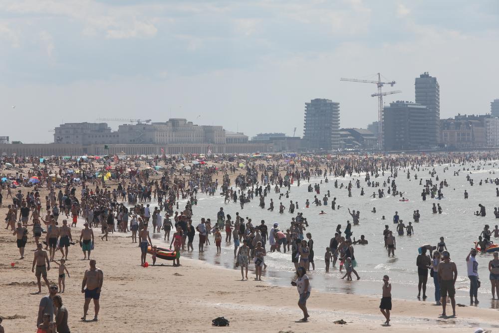 Het leek wel een zomerse topdag afgelopen zondag met een propvol strand in Oostende.