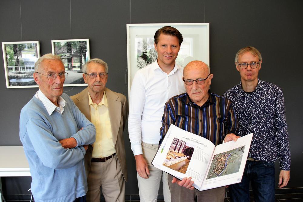 Jacques Corneille en André Van de Kerchove van de Cultuurraad, schepen van Cultuur Axel Ronse, fotograaf Marcel Uvyn en sonservator Erfgoed en Musea Bernard Pauwels.