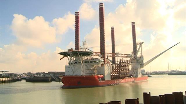 Een van de grootste windturbines ter wereld wordt vanuit Oostende naar bouwplaats in Noordzee gevaren