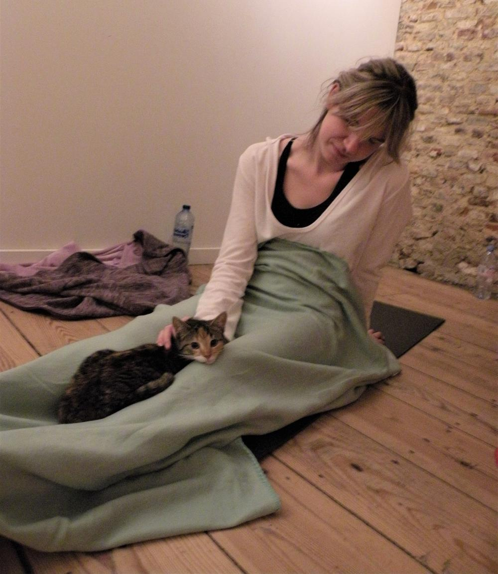 Jessie Velghe met een kleine kitten op schoot.