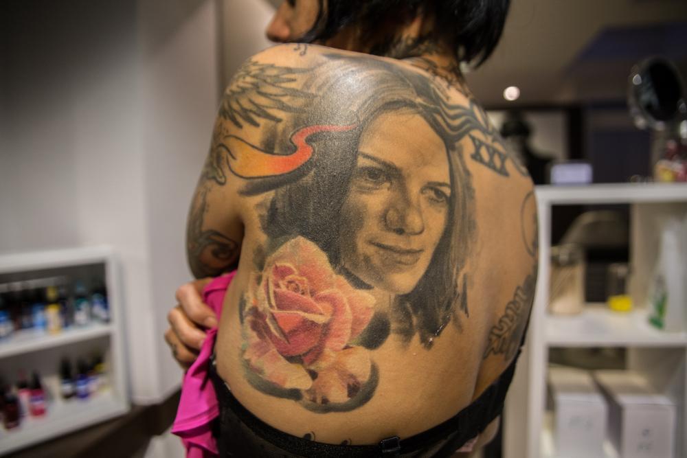 Cindy heeft op haar rug een foto staan van haar zeer vroeg overleden mama.
