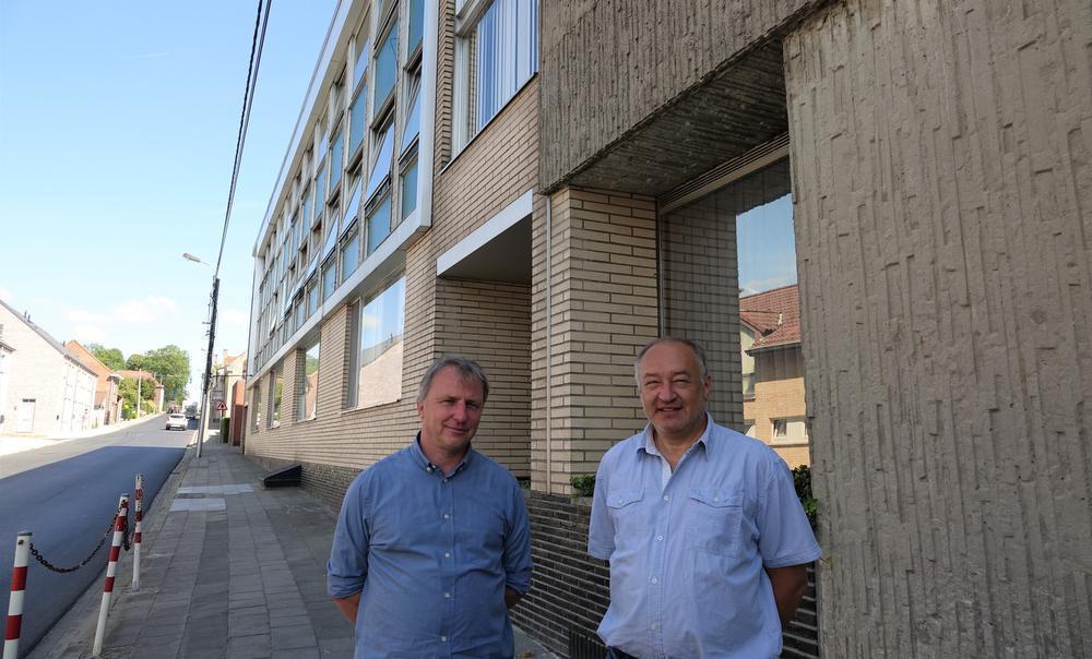 Johan Hamers en directeur Luc Stock bij hun oude gebouw: