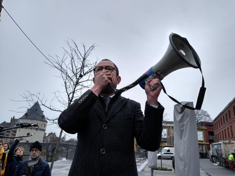 Burgemeester Vincent Van Quickenborne aan de verlaagde Leieboorden.