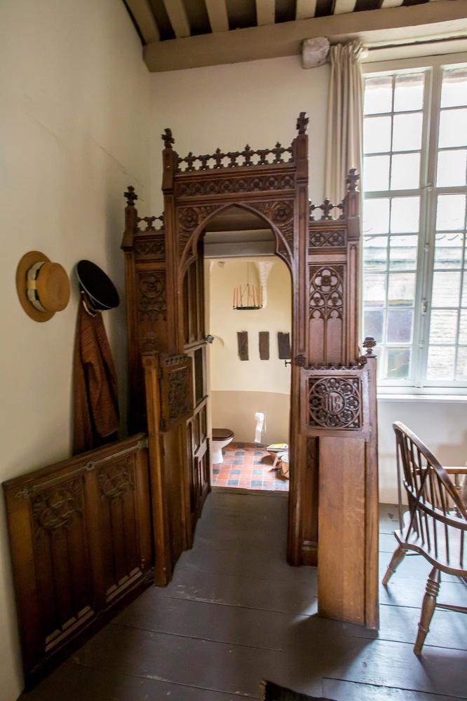 In de slaapkamer staat een oude biechtstoel, die uitgeeft op het toilet.