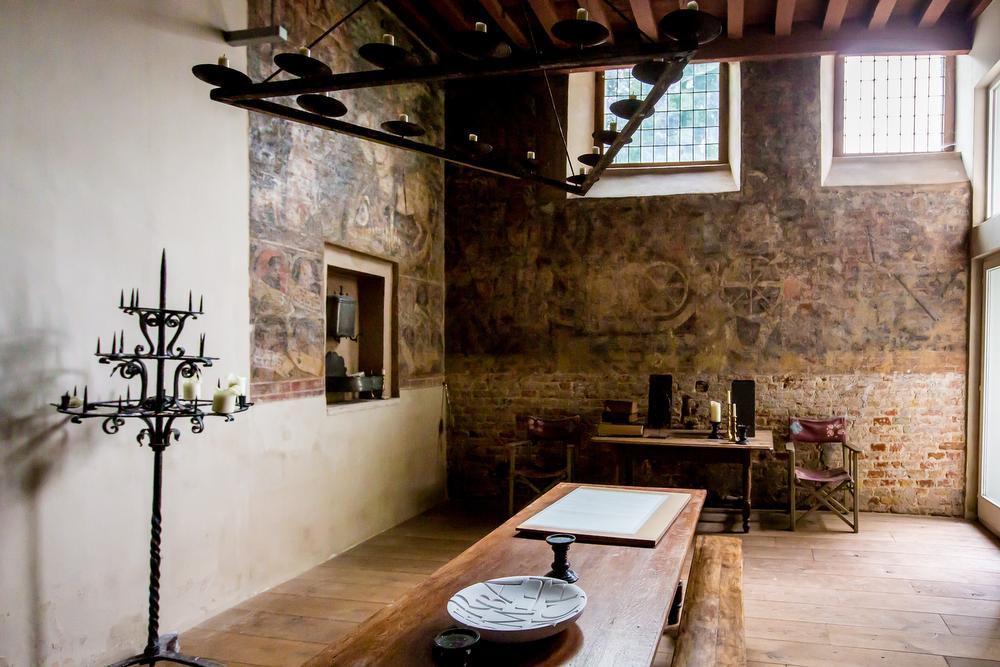 Een eeuwenoude muurschildering geeft het tafereel 'Sint-Joris en de draak' weer.
