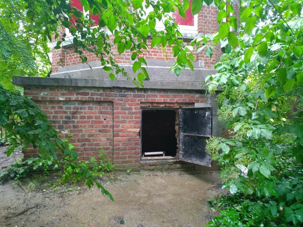 De ingang aan het prieeltje.