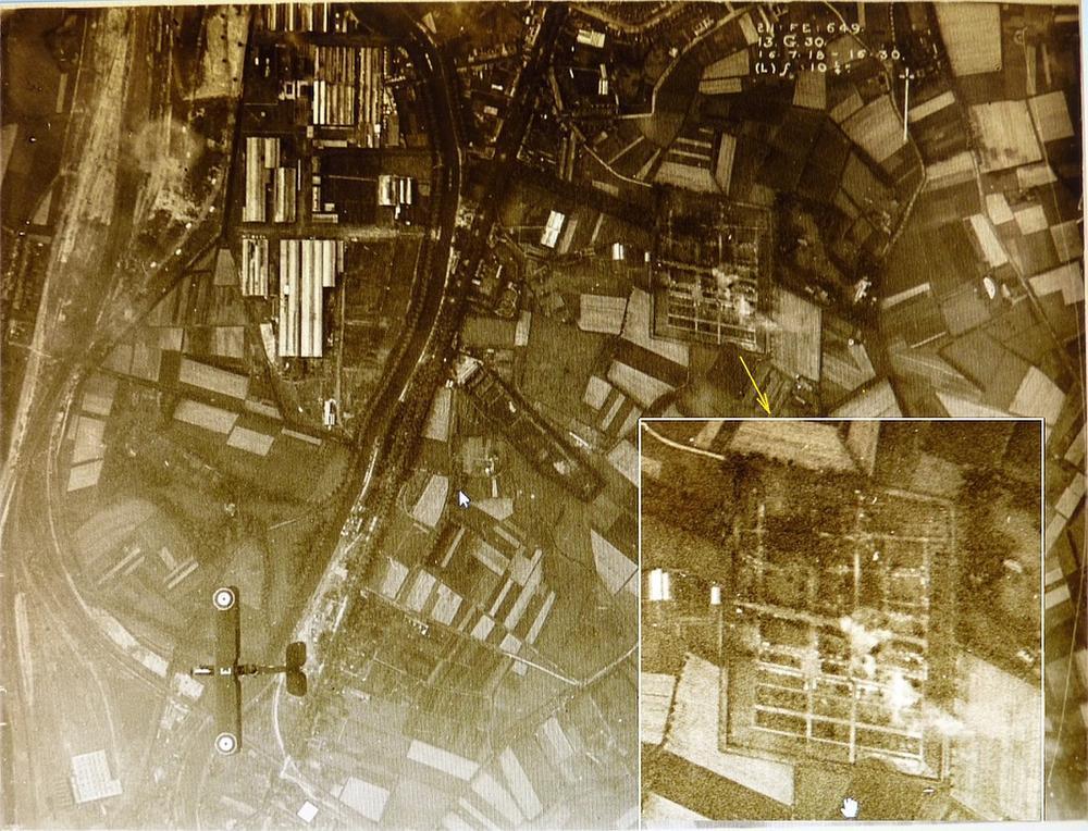 Een unieke luchtfoto van net na het bombardement op 15 juni 1918, waarbij je (inzet) ook de rookpluimen op de Brugse begraafplaats kan zien. (Foto In Flanders Fields Museum)