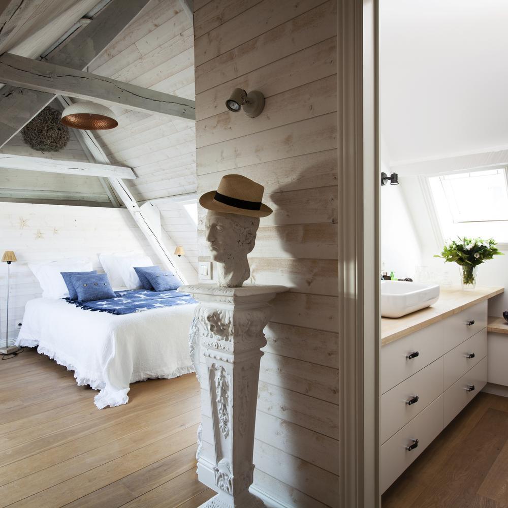 De gastenkamers heten Biarritz, Knokke-Le-Zoute en Paris, plaatsen waar Henri en Geert mooie herinneringen aan koesteren.