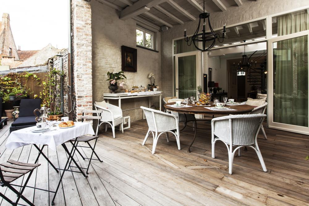 's Zomers is het heerlijk ontbijten op het romantisch terrasje.