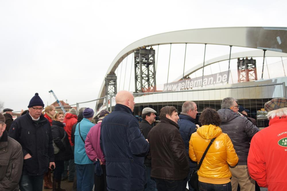 De brug ligt bijna op haar plaats. (Foto LO)