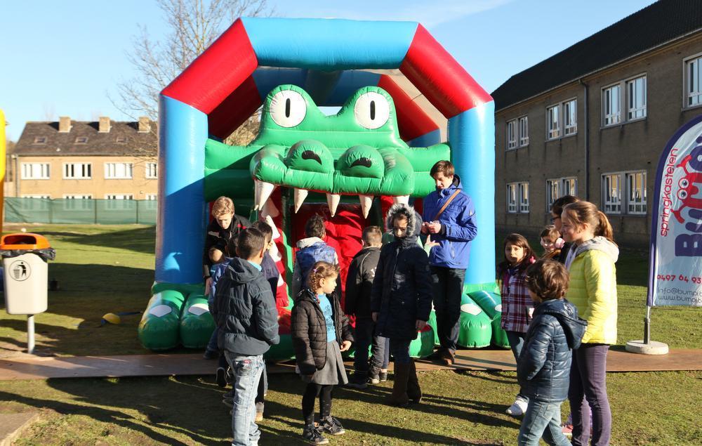 Kinderen van vluchtelingen en buurtbewoners vonden het springkasteel geweldig.