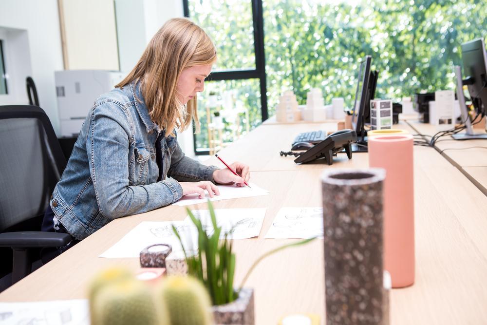 Paulien Callewaert kreeg als jonge ontwerper de kans om een collectie bij Atelier Pierre uit te werken. Dat beviel haar zo dat ze nog altijd bij het bedrijf werkt. Op de voorgrond zien we enkele items uit de nieuwe '50'-collectie.
