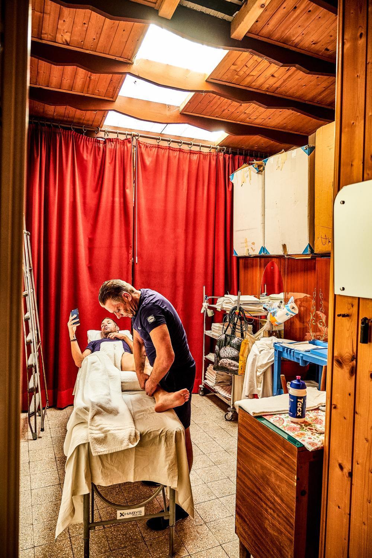 Tijdens de grote rondes is luxe soms ver te zoeken, maar met wat creativiteit kom je een heel eind. Tijdens de Ronde van Italië heeft verzorger Rudy Pollet een washok van het hotel van die dag omgevormd tot zijn verzorgingsruimte. De West-Vlaming neemt Fabio Sabatini onder handen.
