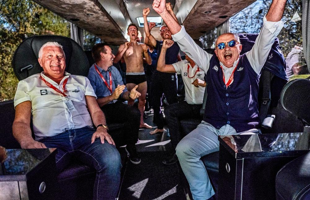 Manager Patrick Lefevere, gast Geert De Vlieger, renners James Knox en Enric Mas, ploegleider Wilfried Peters en dokter Yvan Vanmol schreeuwen de spanning en het geluk uit hun lijf als Julian Alaphilippe de Waalse Pijl wint.