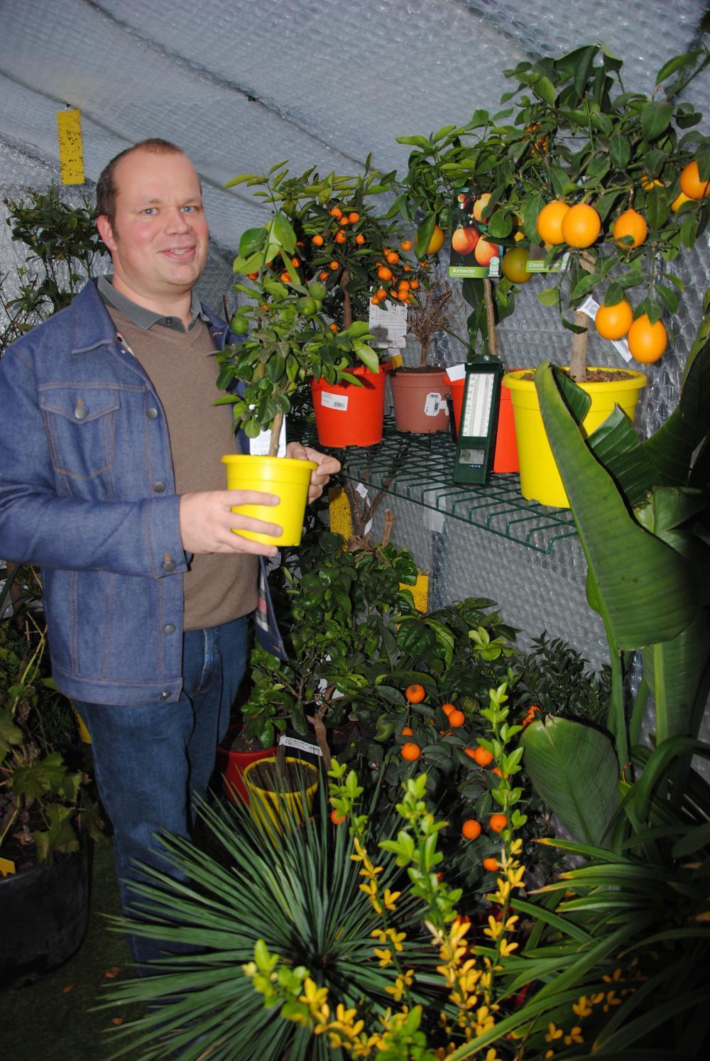 Brecht Beheydt bij zijn lievelingsplanten, de citrussen.