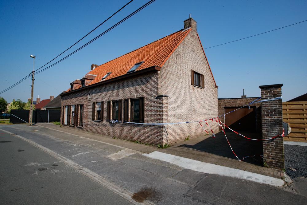 De aanpalende woningen langs de Koutermolenstraat in Kortemark die onbewoonbaar werden verklaard na de inval op dinsdag 8 mei.