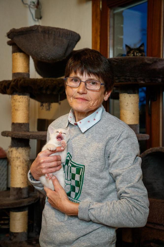 Martine Desmet met het katje dat ze kreeg op de dag dat de erkenningspapieren van haar tweeling in de bus vielen.