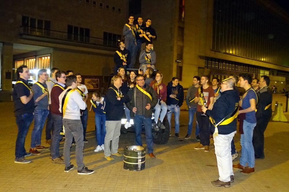 Voor de start werden de twee clubliederen gezongen: 'IO Vi-VAT' en Leve de Torre van Oostende', op het plein tussen het casino en Café Rood