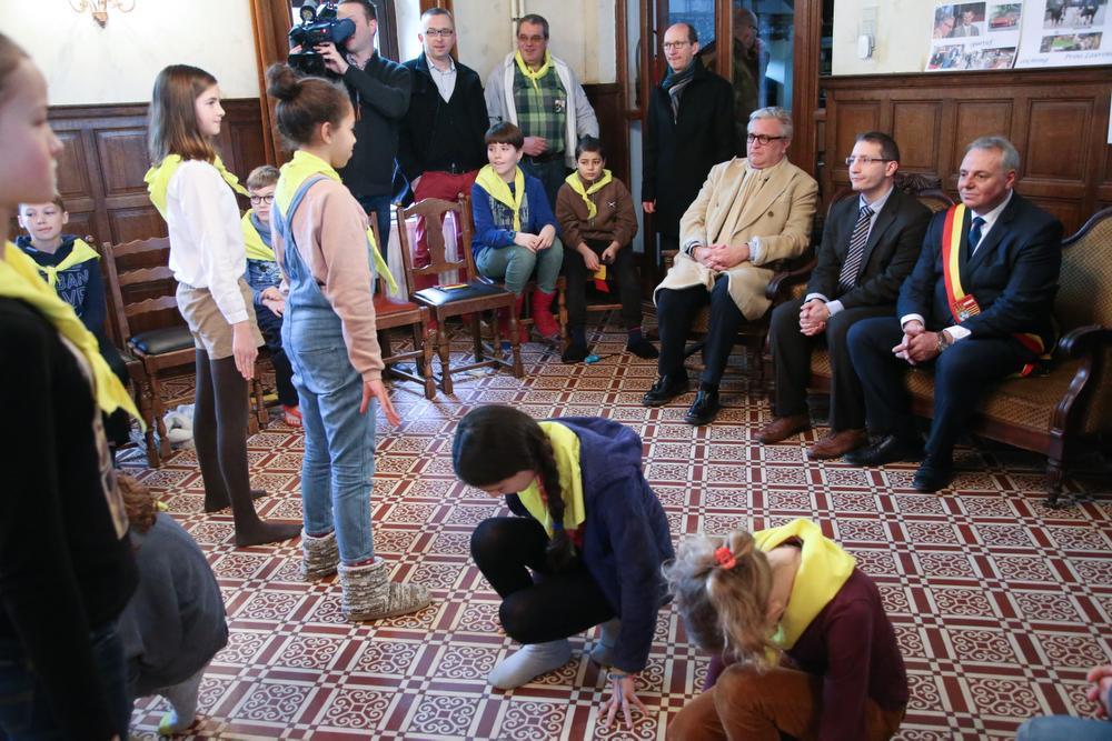 VIDEO Prins Laurent bekent plannen voor staatsgreep aan leerlingen uit Kortrijk