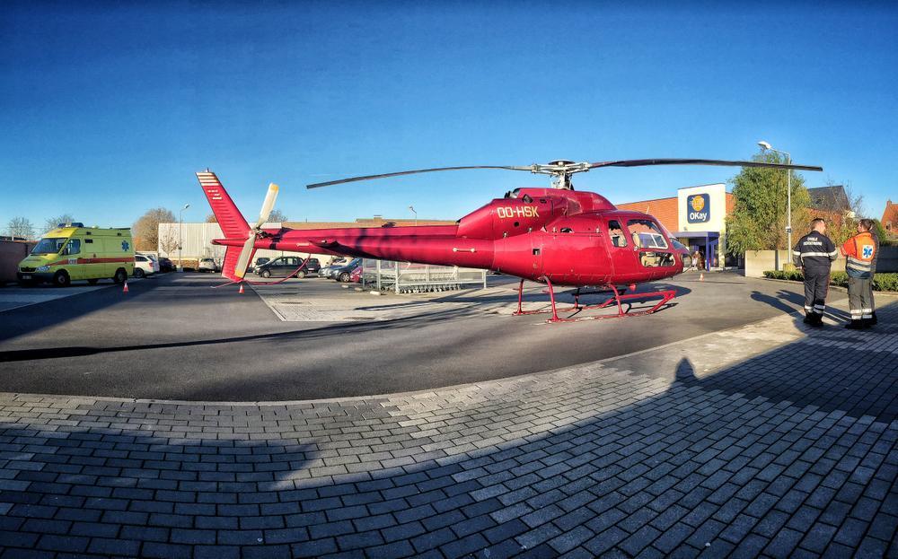 Ziekenwagen rijdt tegen rotor van mug-helikopter in Eernegem