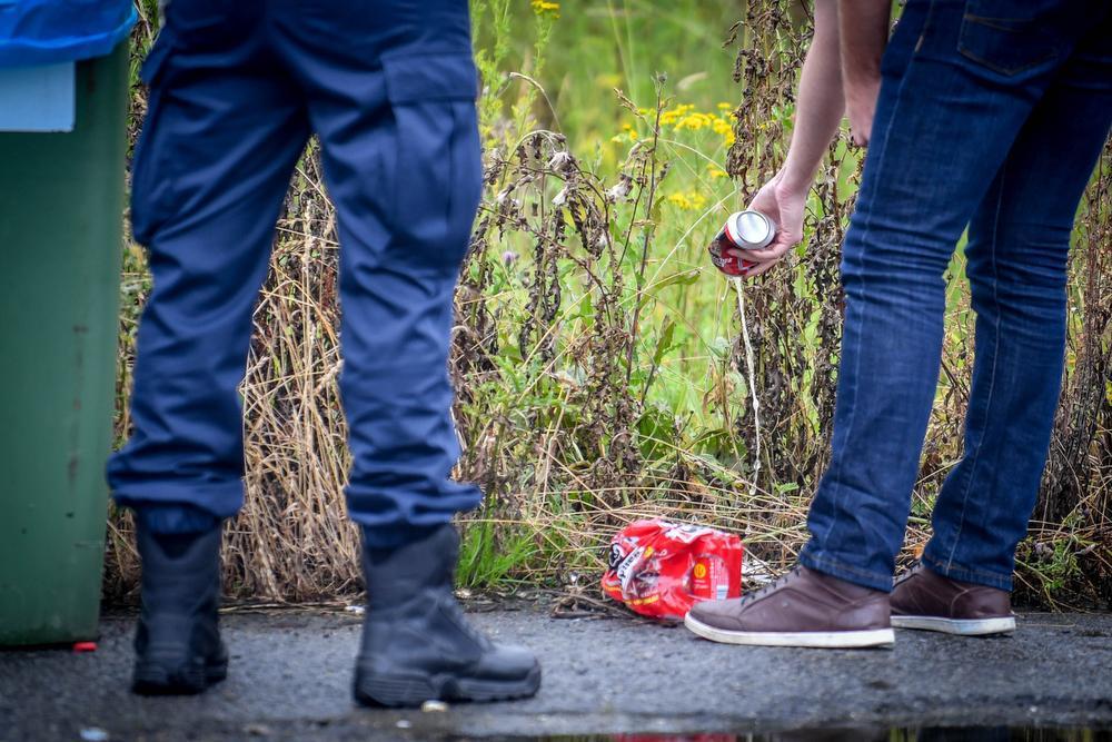 Belgische supporters moeten bier noodgedwongen in de goot gieten