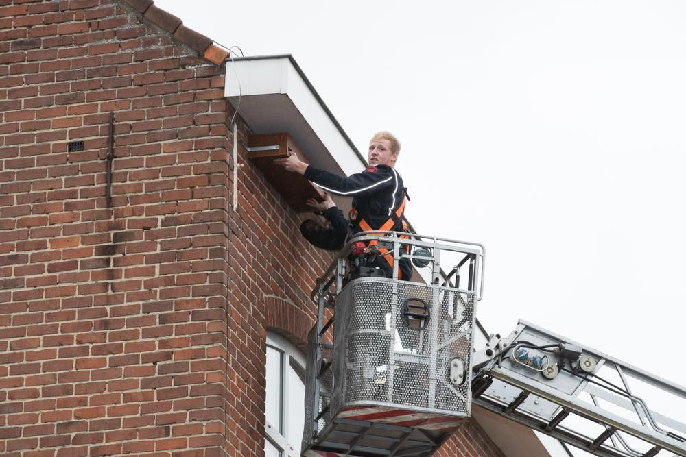 Brandweerlui van de post Kortemark hebben zaterdag enkele nestkasten opgehangen aan de schoolgebouwen in Edewalle. Die kasten moeten onderdak bieden aan gierzwaluwen, die het alsmaar moeilijker krijgen om nestplaatsen en voedsel te vinden. Meer daarover in de Weekbode Torhout.