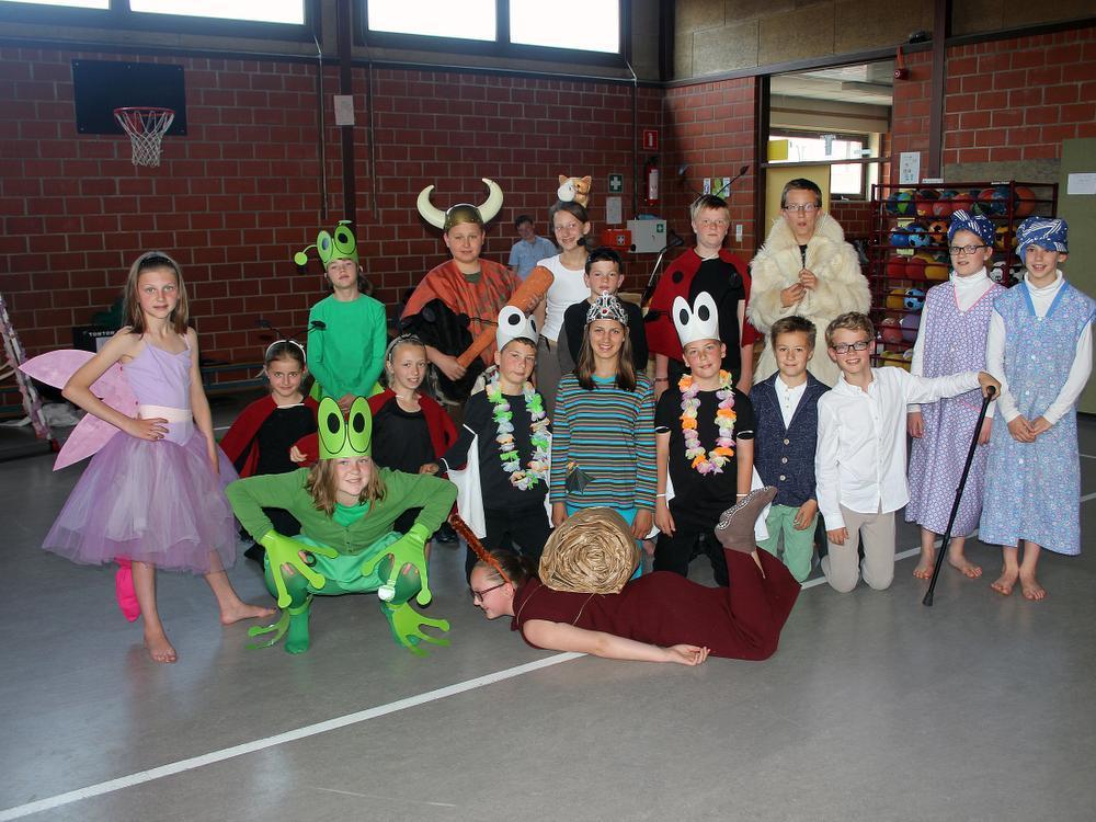 De leerlingen van De Stap in Lauwe bereiden zich voor op de musical De Mestkever. Welke dieren herkent u nog op deze foto ? Meer over de musical in De Weekbode, editie Menen.