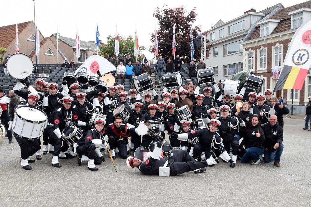 Showkorps El Fuerte uit Koksijde werd internationaal kampioen op de Mars- en Showwedstrijd der Lage Landen. Op de foto het winnende team met niets dan tevreden gezichten. De deur naar het wereldkampioenschap in Kerkrade volgende jaar staat open. Meer in Het Wekelijks Nieuws Veurne-Diksmuide.