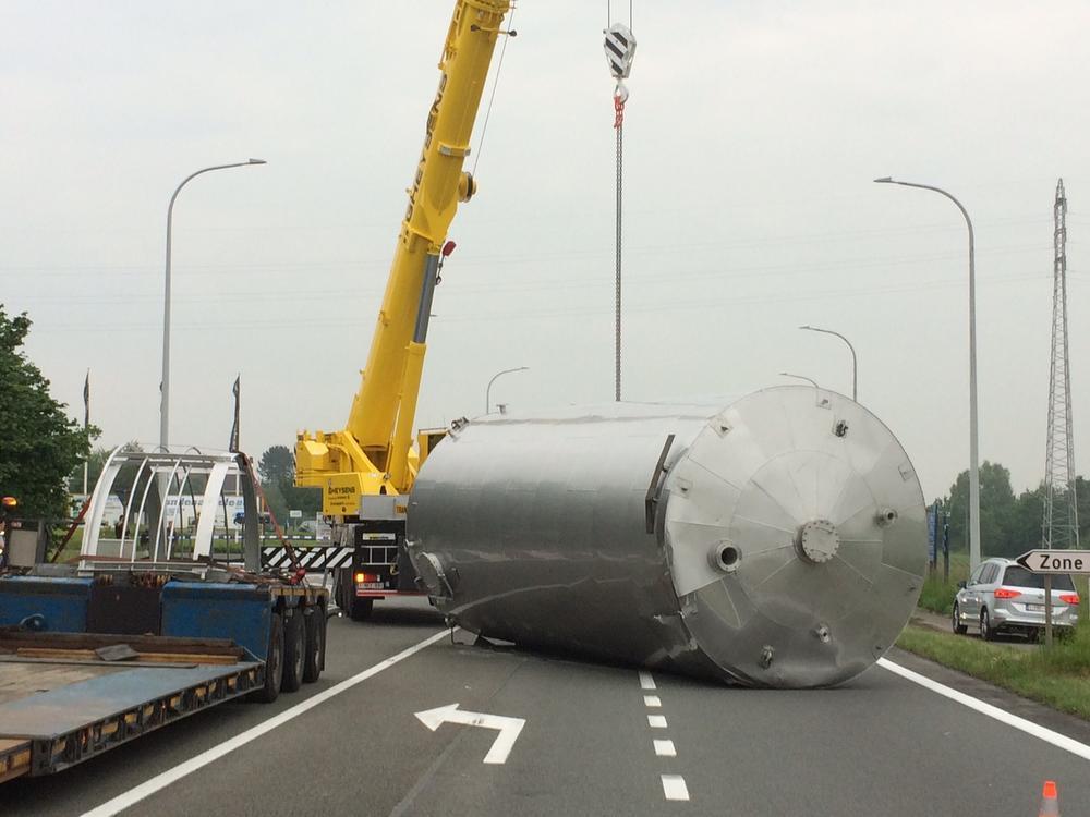 Uitzonderlijk vervoer verliest silo van 6 ton op N50 in Ingelmunster