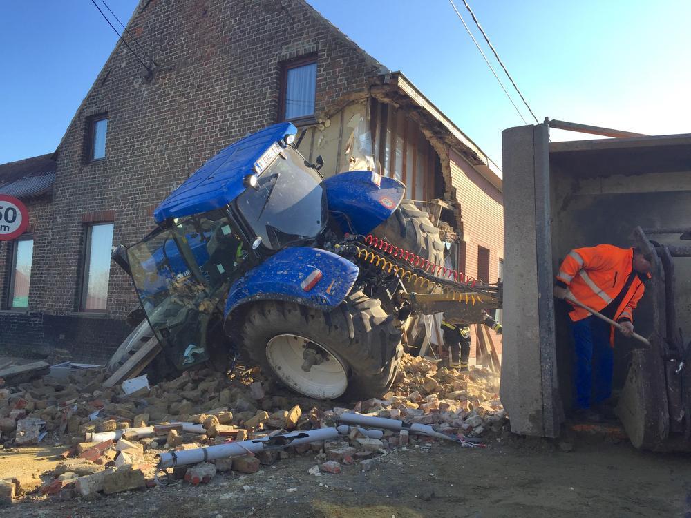 Tractor rijdt woning binnen in Ichtegem, ravage is enorm