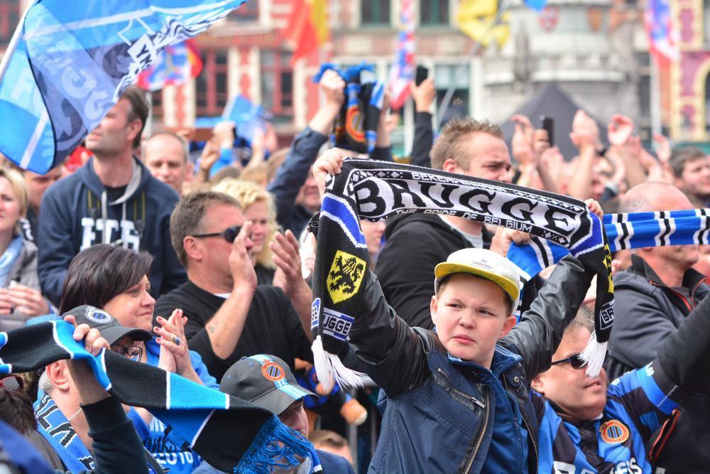 Kampioenen Club Brugge rijden door mensenzee