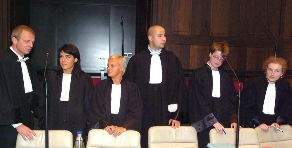 De zes advocaten van de burgerlijke partijen met onder anderen Thomas Vandemeulebroecke, Kati Deschoenmaker, Sabine Lantsoght en Kathleen Coen.
